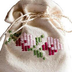 Υφαντό πουγκί με άνθινη κεντητή διακόσμηση. Περιέχει σαπούνι αρωματικό από  λάδι ελιάς  Τιμή: 10,00 € / Σχεδιασμός-παραγωγή  -εργαστήρια παραδοσιακών τεχνών ΛΕΒ: Διάφορα σχέδια