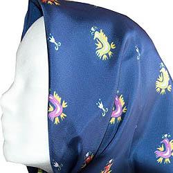 Μαντήλι μεταξωτό 100% , τετράγωνου σχήματος  (70 Χ70 εκ.) σε μπλε χρώμα, με διακοσμητικά χρωματιστά μοτίβα από την παραδοσιακή φορεσιά του Τρίκερι  Τιμή: 30,00 € / Σχεδιασμός-παραγωγή ΛΕΒ  (μακέτα Κυρασία Πρίντζου): Δυο χρώματα