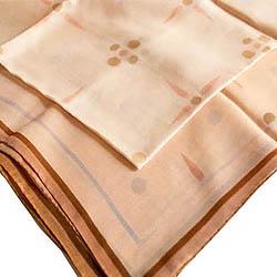 Μαντήλι μεταξωτό 100% , τετράγωνου σχήματος  (90 Χ85 εκ.) σε μπεζ χρώμα, με διακοσμητικά μοτίβα από τον ζωγραφιστό διάκοσμο της μουσειακής τοιχογραφίας του  ΛΕΒ.  Τιμή: 25,00 € / Σχεδιασμός-παραγωγή ΛΕΒ  (μακέτα Απόστολος Ντελάκος): Ένα χρώμα