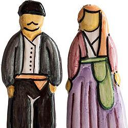 Κεραμικά διακοσμητικά πλακίδια  με  παραδοσιακές φορεσιές  του Πηλίου (κρεμιούνται  με δερμάτινο κρεμαστράκι ή επικολλώνται σε επιφάνειες με μαγνητάκι)  Τιμή: 6, 00 € έκαστο / Σχεδιασμός-παραγωγή ΛΕΒ  (μακέτα Μαργαρίτα Δουλκέρογλου) : Διάφορα χρώματα