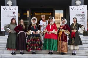 οι κοπέλες του ΛΕΒ με τις τοπικές φορεσιές έξω του συνεδριακού χώρου